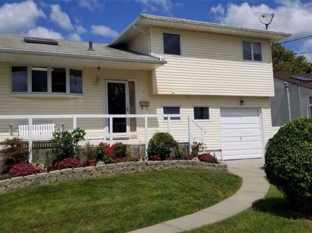 3 BR,  2.00 BTH  Split style home in Freeport